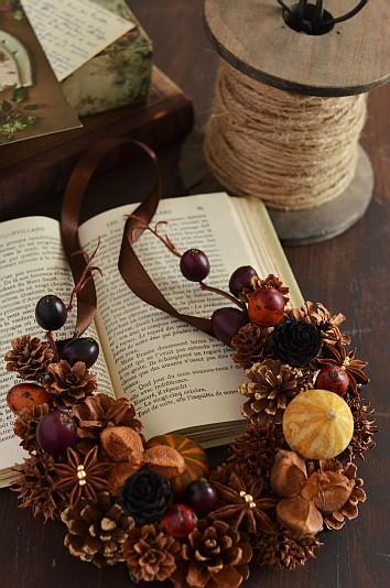 ミニカボチャなど秋色の木の実を使った馬蹄形壁飾り 木の実デコール