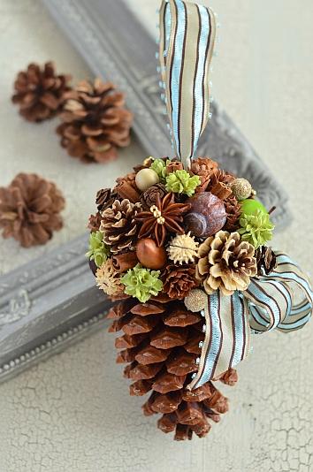 大きな松かさマリティマコーンにシュトラウス(ブーケ)を飾り取り付ける吊るし飾り