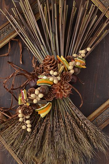 デコールツァプフェンコースBrushupクラス 小麦を平面的なパニエ風にし木の実で飾った壁飾り シトラスやアップルの色と香りがポイントです 木の実デコール