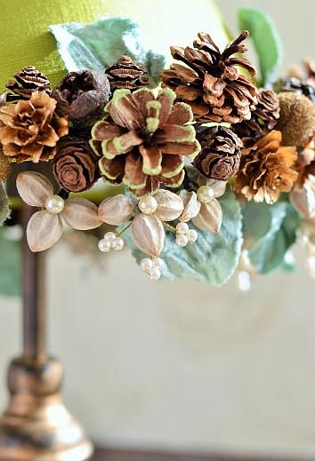 PureBloomまきのゆきオリジナル作品 カルトナージュで作るランプシェードに木の実でアレンジしたインテリア雑貨 センダンの実の白い種を生かした作品 木の実デコール