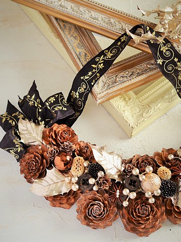 シダーローズとアーティフィシャルリーフの組み合わせ 印象的なリボンを使った壁飾り 木の実デコール